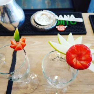 démonstration de décorations pour les cocktails au restaurant l'atmosphère des dunes à brétignolles sur mer